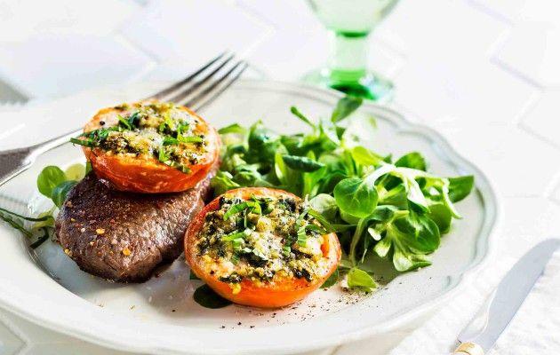 Pihviateria kevenee, kun täytät lautasen uunitomaateilla ja raikkaalla salaatilla.