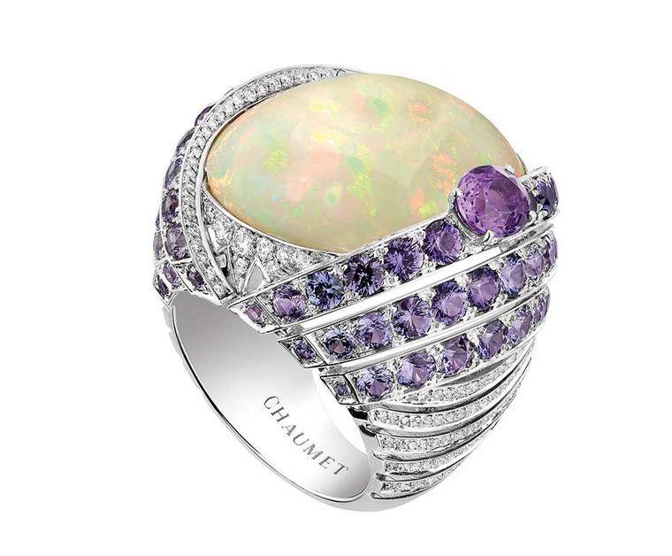 Chaumet Lumières d'Eau anel de alta joalharia em ouro branco, cravejado de um opala branco corte cabochão 18.58ct da Etiópia, uma safira violeta de corte oval, safiras e diamantes redondos violeta brilhante de corte.