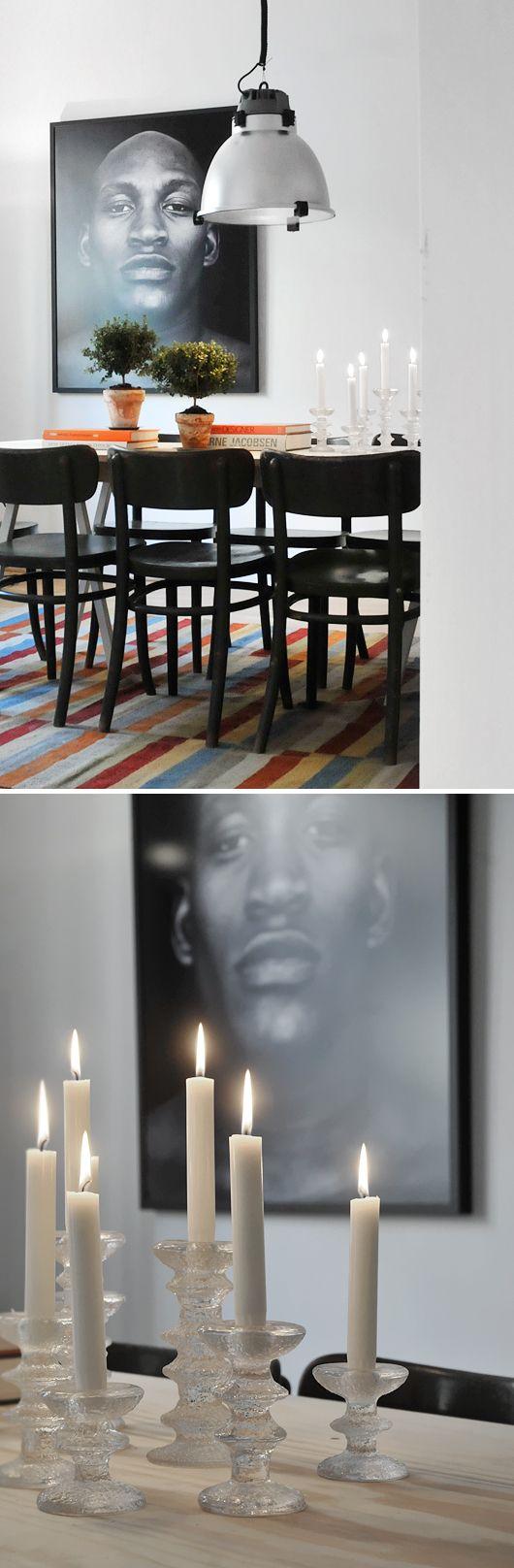 bord pynt i stuen - mange lysestager sprayet i en basic farve og så ...