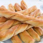 Een stap-voor-stap recept voor het maken van heerlijke en onweerstaanbare zoete broodjes met een vulling van gemalen amandelen, suiker en kaneel.