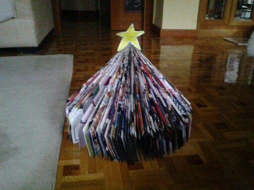 """Árbol de Navidad hecho con revistas """"Hola""""    :-D"""