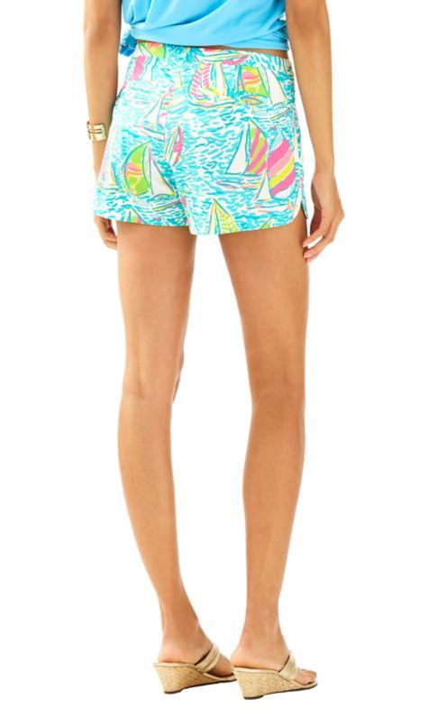 The Adie Short is a 4 inch printed short and our newest length at Lilly. These shorts have faux pockets and scalloped side seam hem details. Wear with an Elsa Top and gold sandals for a chic summer look.