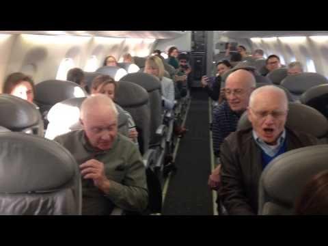 Video: Kurzweilge Verspätung: Altherrenchor tröstet Fluggäste mit A-capella-Hit | traveLink