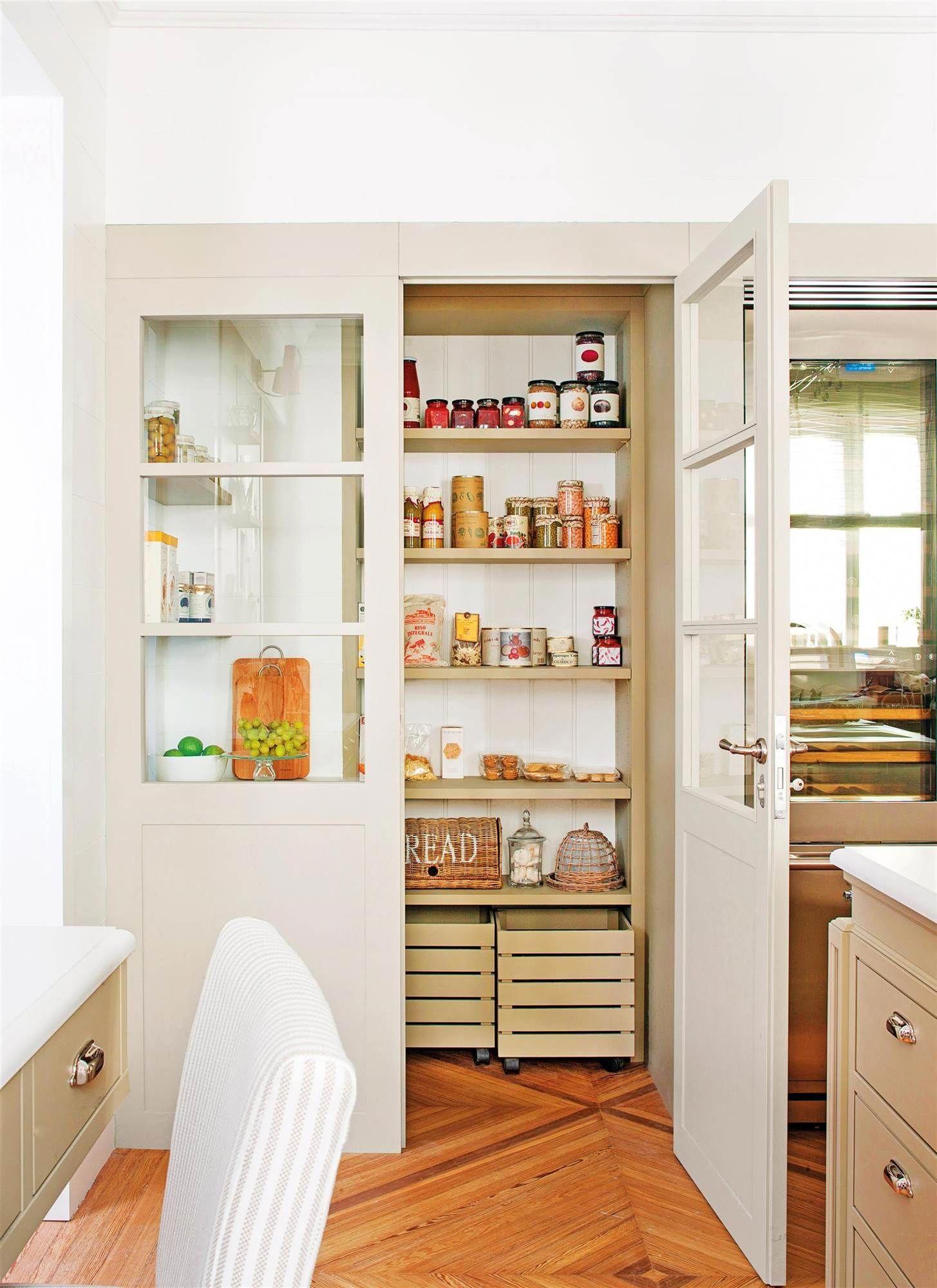 despensa cocina en un armario con baldas y cajas ...