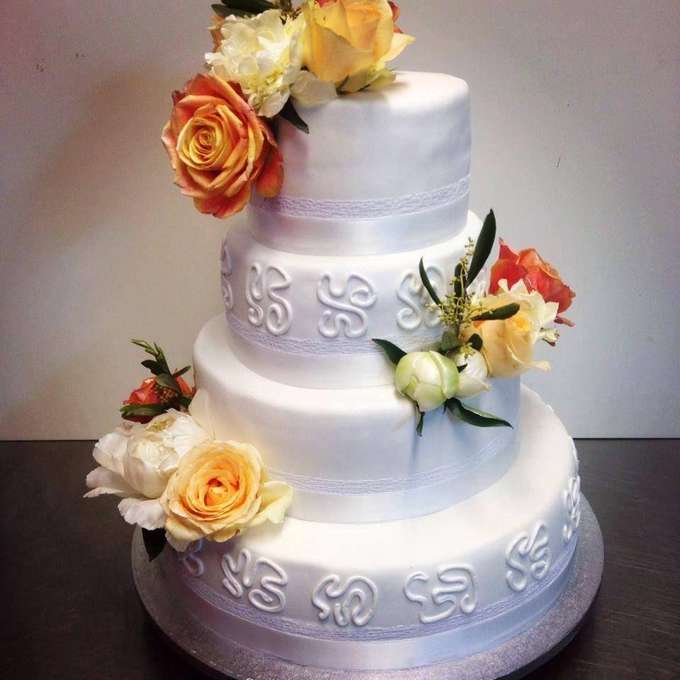 Bryllupskake i 4 etg med friske blomster. Vaniljekake med bringebærkrem og sjokoladekrem. Pris 4900,-
