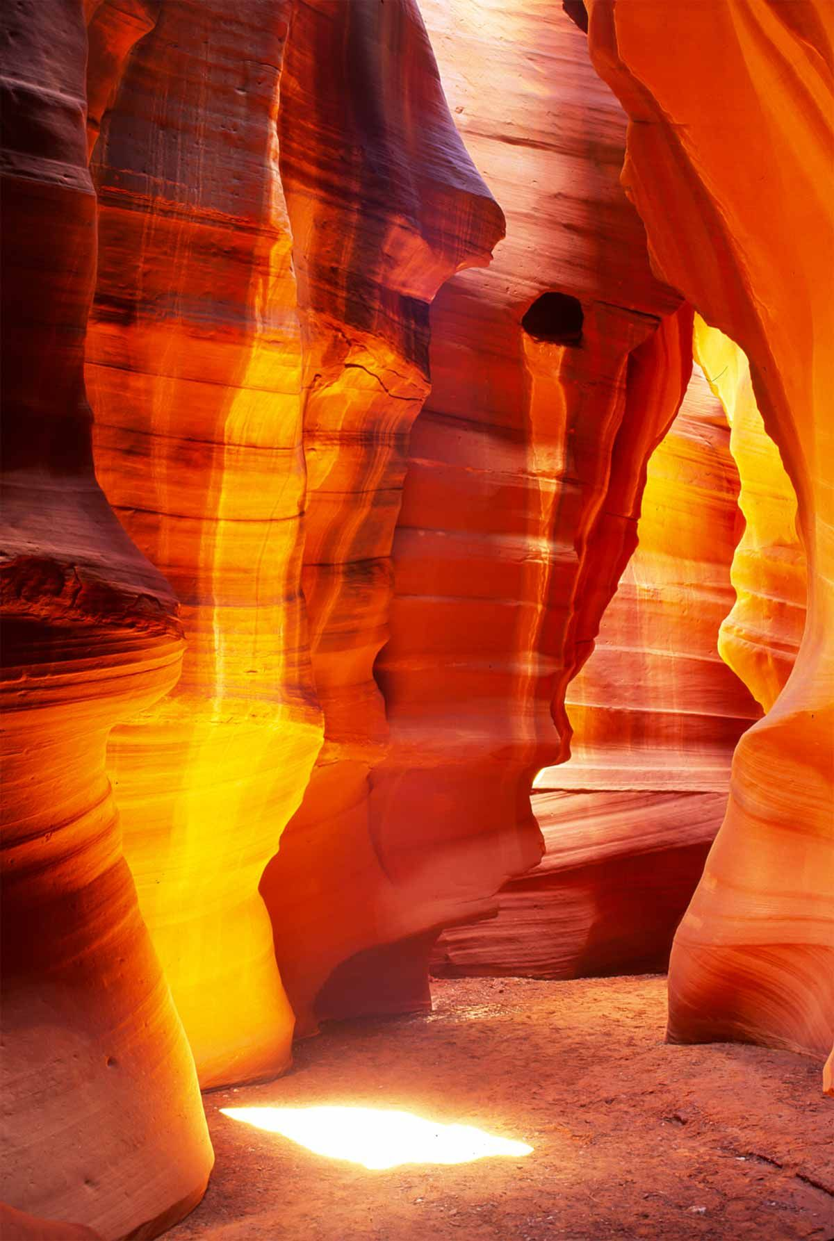 Antelope Canyon is a famous gorge located in Page, Coconino County, Arizona, United States. For tourism, this place is popular as a place of interest to photographers and eyewash; portion is divided into two, namely the Upper Antelope Canyon (The krack) and Lower Antelope Canyon (The Corkscrew)
