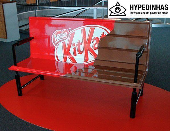 Bem legal essa intervenção para o chocolate KitKat da Nestlé. Alguns bancos foram pintados em algumas cidades da Europa, dando a ideia de serem enormes tabletes abertos do famoso chocolate.imagem via