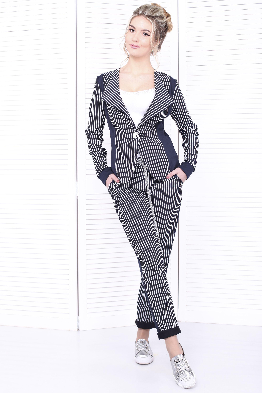 dfd1dbddac3e Модный женский костюм классического силуэта. В данной модели оригинальная  расцветка отлично сочетается со строгими лаконичными