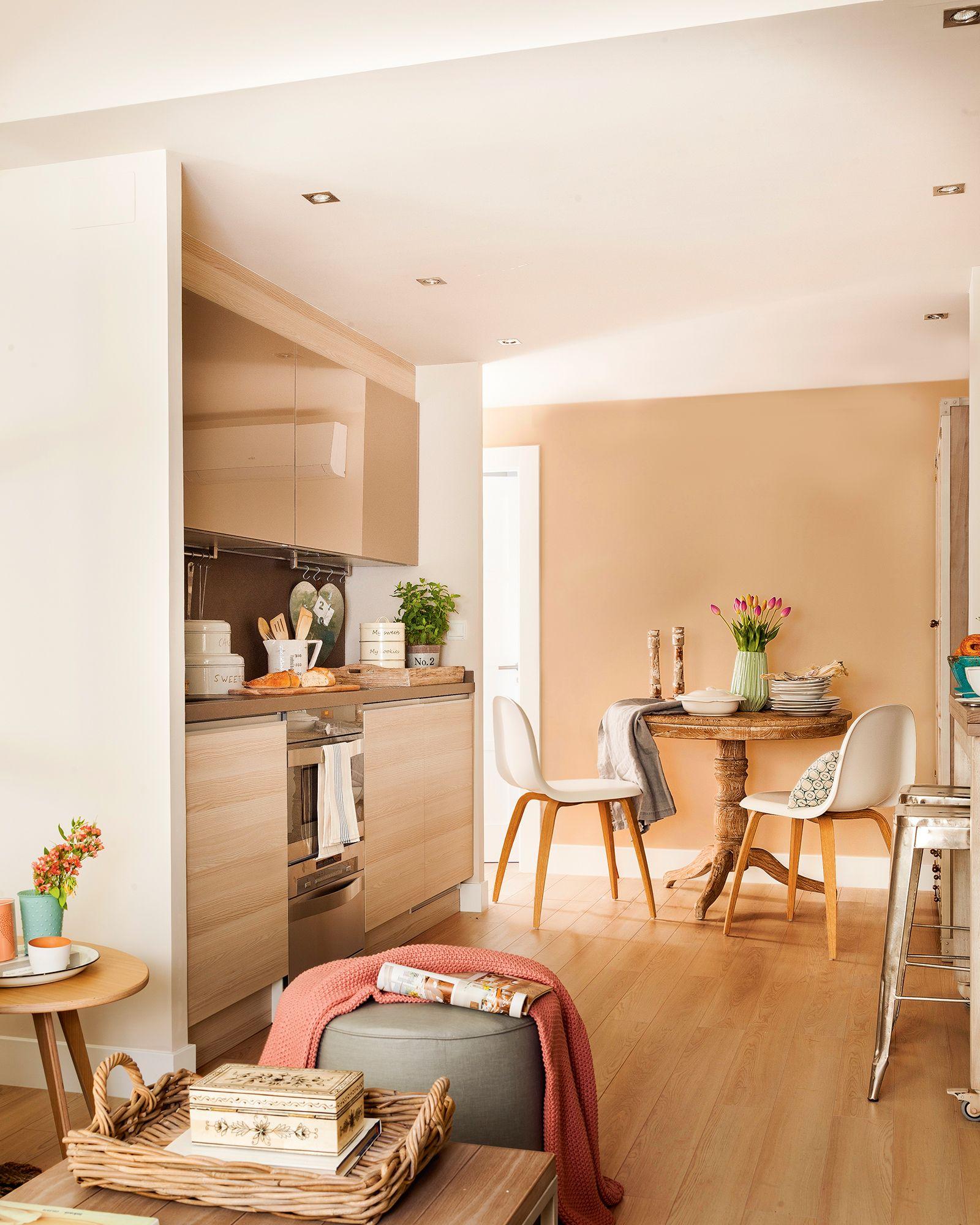 Cocina pequeña con muebles en un solo frente situada entre el ...