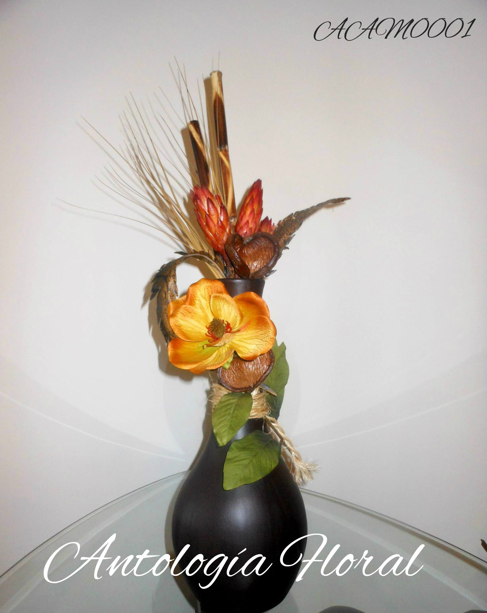 arreglo de flores y ramas secas magnolia amarillo ocre en base de barro