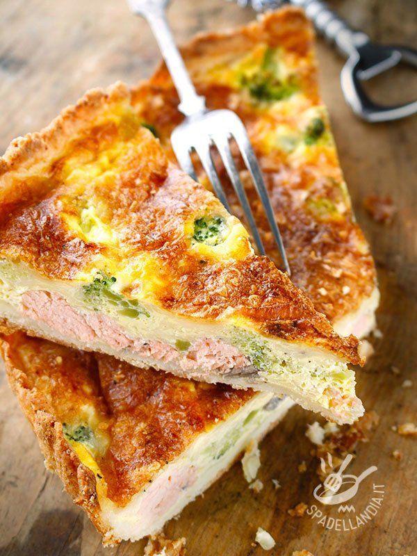 Salted salmon cake and broccoli - Che buona questa Torta di salmone e broccoli! E se vi piacciono i sapori più decisi, provate a  sostituire il salmone fresco con del salmone affumicato! #tortasalatasalmone #tortasalatabroccoli