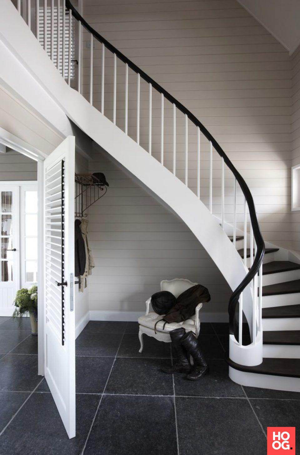 Gebogen trap met houten treden | hal inrichting | interieur inspiratie | hallway ideas | Hoog.design #halinrichting