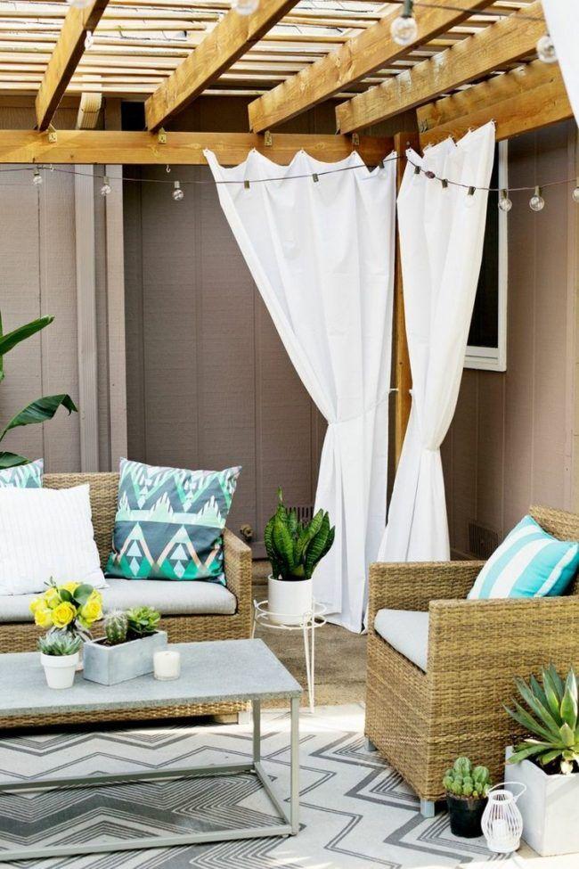 ueberdachte terrasse weisse vorhaenge sichtschutz lichterketten deko home pinterest garten. Black Bedroom Furniture Sets. Home Design Ideas