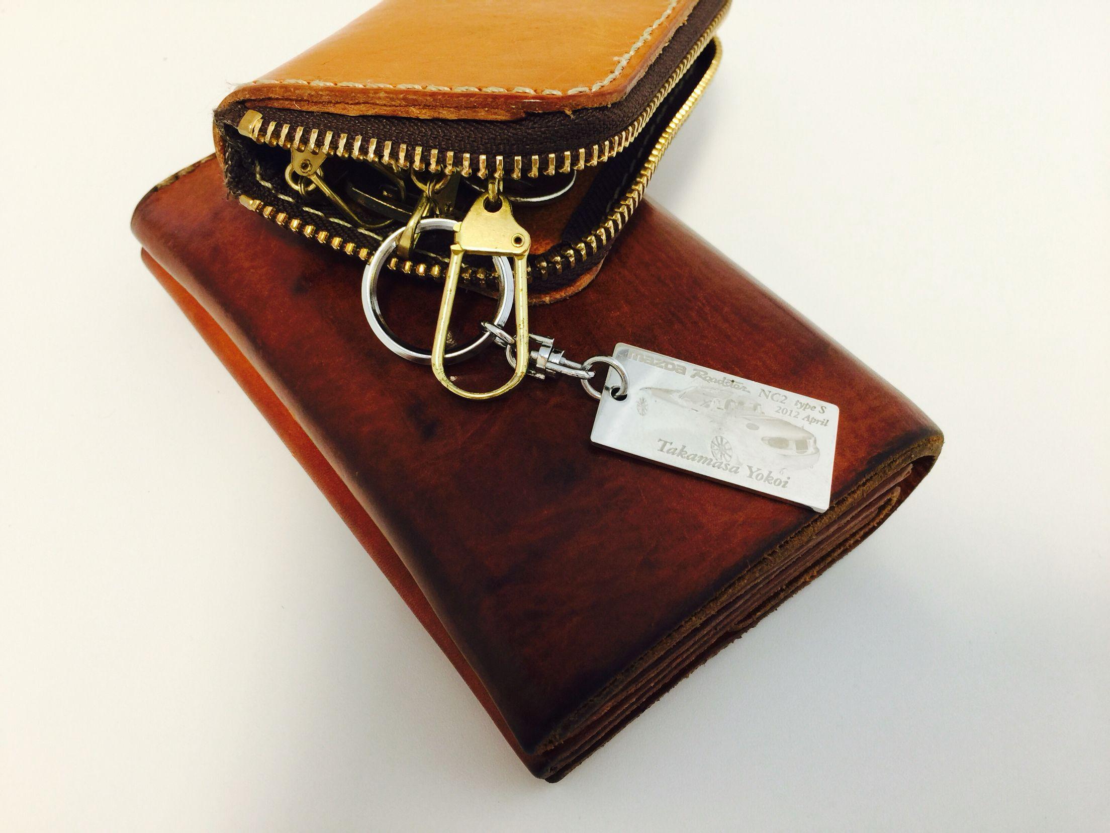 キーホルダーと ヘルツのキーケースおよび財布