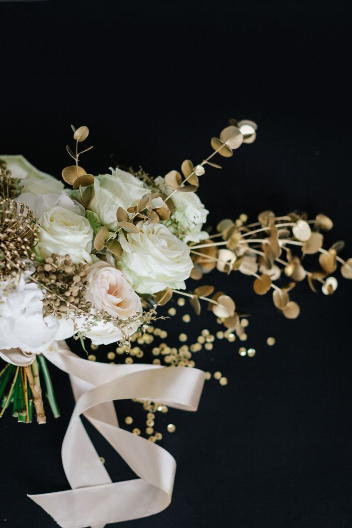 Gold wedding bouquet for gold themed wedding | fabmood.com