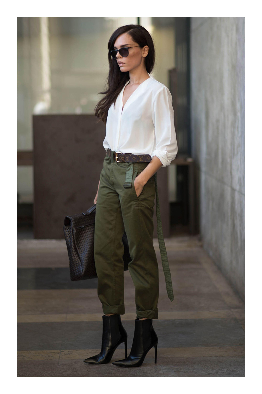 Como Combinar El Color Verde Militar Tizkka Pantalon Verde Militar Mujer Pantalones Cargo Mujer Outfits Pantalon Verde