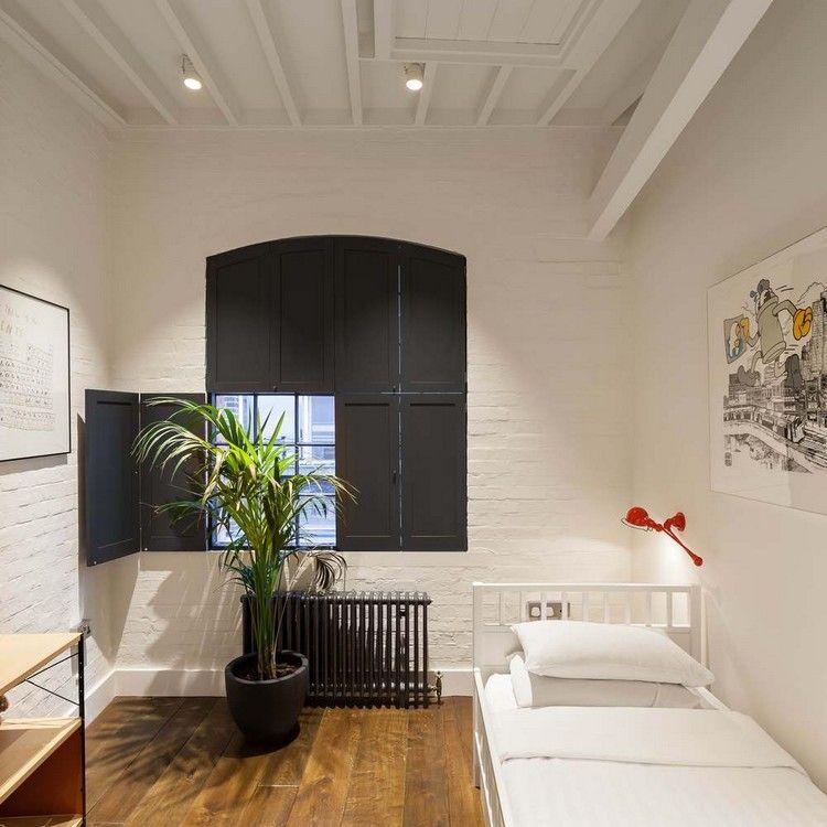 privates schlafzimmer weiß holzboden schwarze fensterläden innen