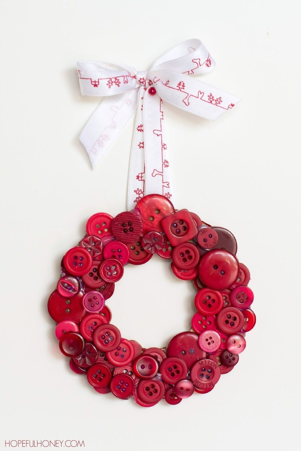 DIY Red Christmas Button Wreath | Button wreath, Christmas buttons ...