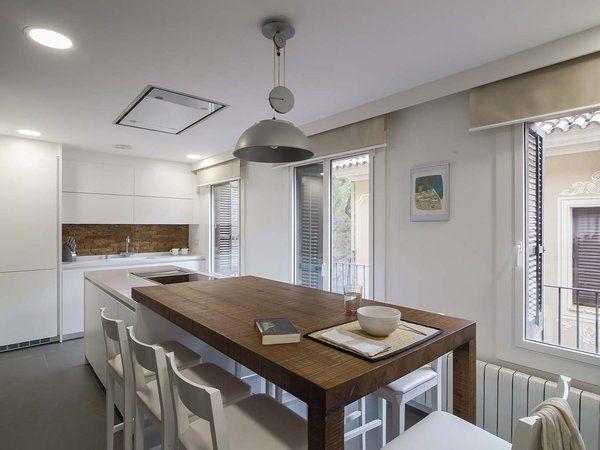 Una cocina moderna conectada con el salón | Islas de cocina, Mesa de ...