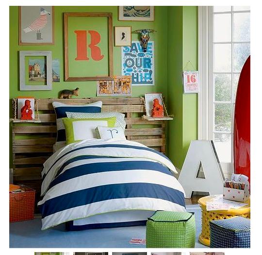 Super postel pre Bena, do priestoru, s paletou za nim ako ulozny priestor. V cervenej, aby sa mu pacilo, a s knihami.