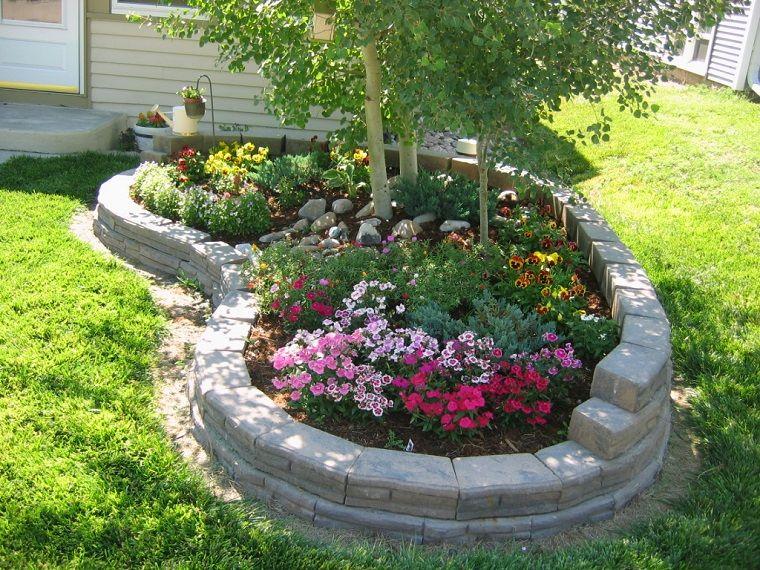 Aiuole giardino idee muretto bianco giardino aiuole e for Giardino fiori
