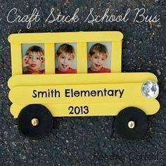 Lembrancinha: Ônibus escolar elaborado com palitinho de sorvete.