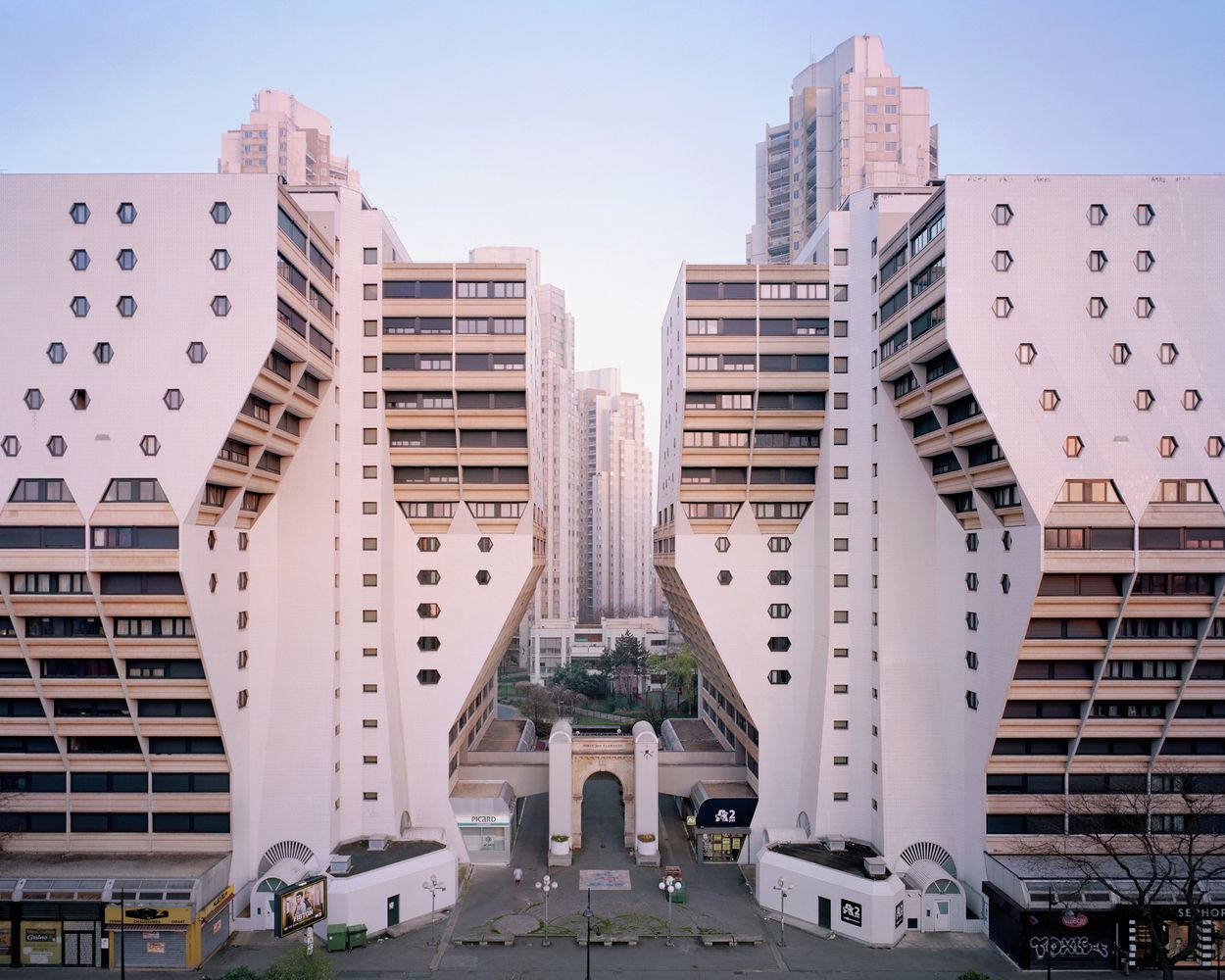 Entre pass et futur cette architecture de banlieue qui for Architecture futuriste
