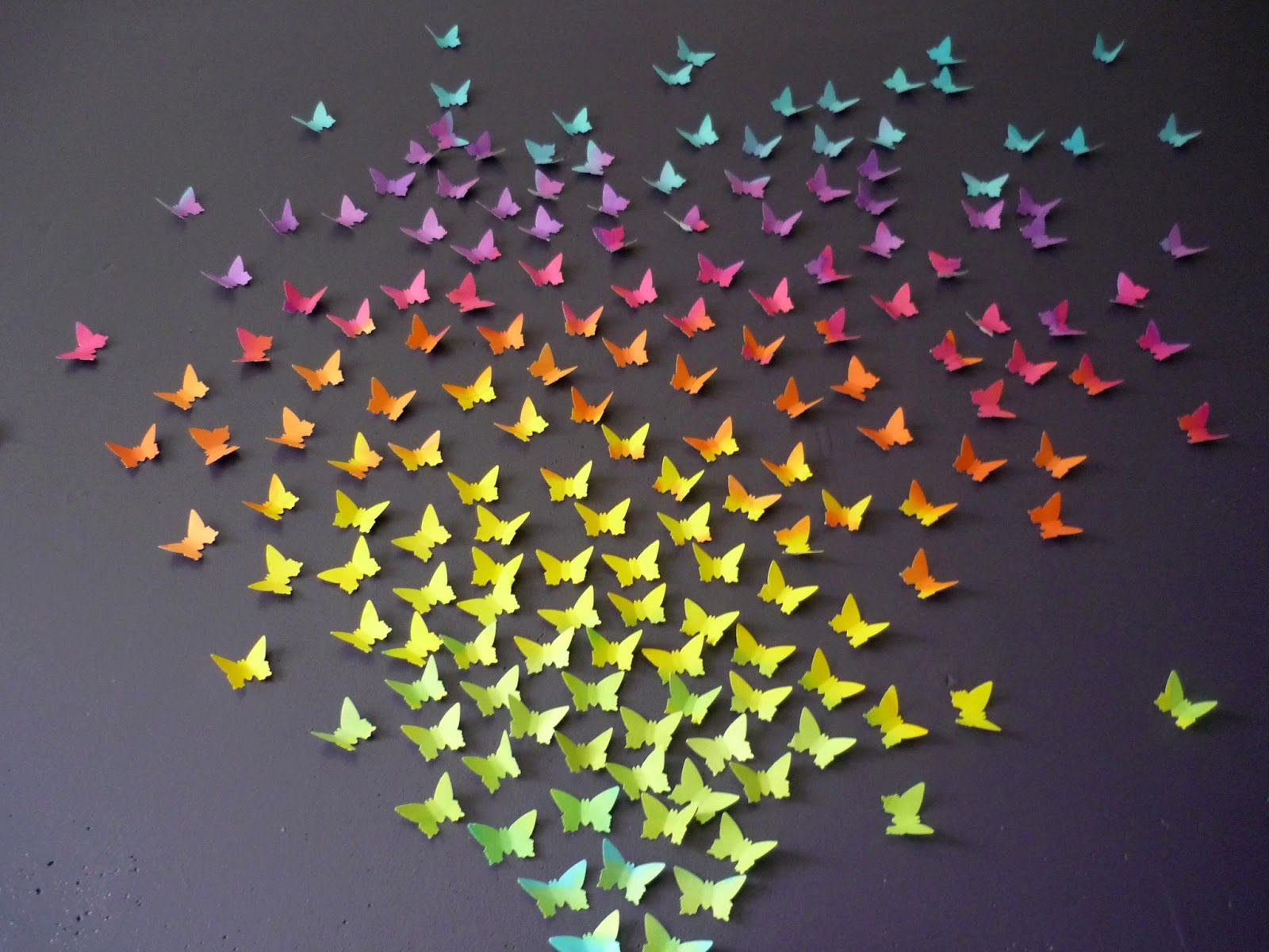 Une envolée de papillons sur le mur violet du salon pour rªver et