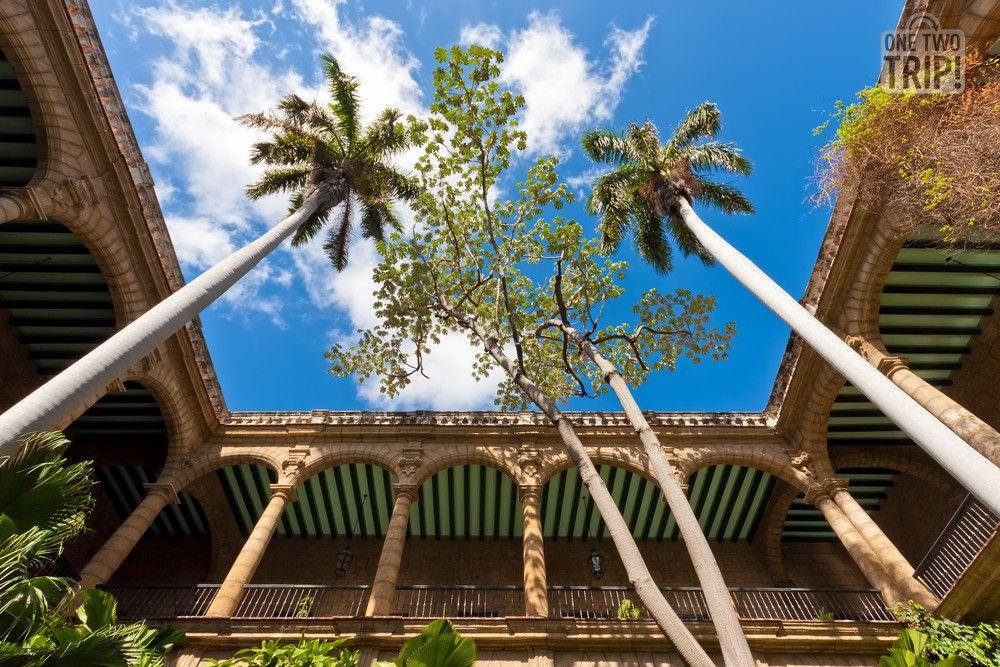 Arcos, columnas y palmeras en este hermoso patio histórico de #LaHabana #Cuba #onetwotrip