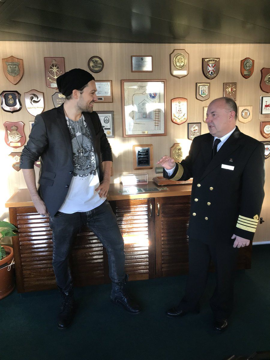 David Garrett En el puente del Queen Mary 2 con el equipo ...