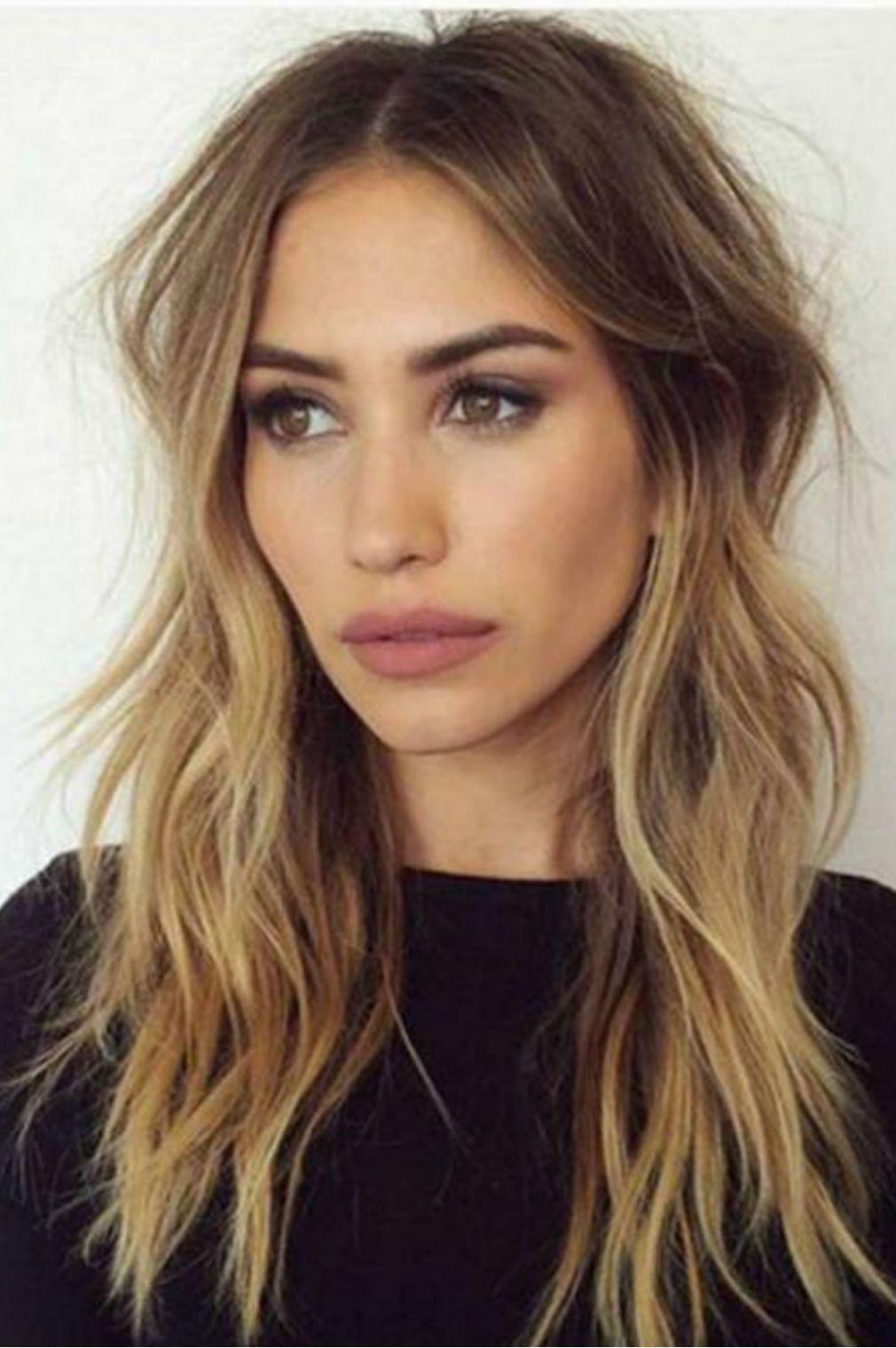 Cheveux mi-longs raie sur le côté | Coiffure cheveux mi long, Coupe cheveux mi longs blonds ...
