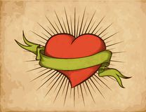 Coração com a fita no estilo do tatuagem no papel velho. Foto de Stock
