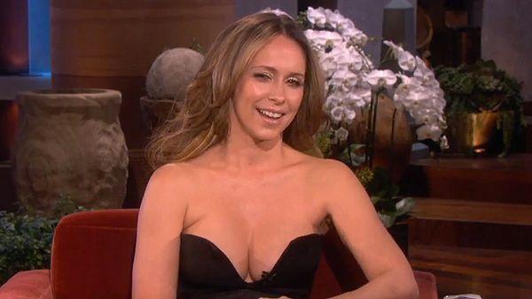Jennifer Love Hewitt hipnotizó a Matthew Perry con su escote