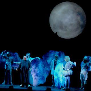 Fester (em A Família Addams, o musical)  Muita expectativa e simpatia envolviam também o personagem Fester (que no cinema era Christopher Lloyd), interpretado por Cláudio Galvan e que tem uma das melhores cenas do musical com a Lua. www.bit.ly/sam-addams