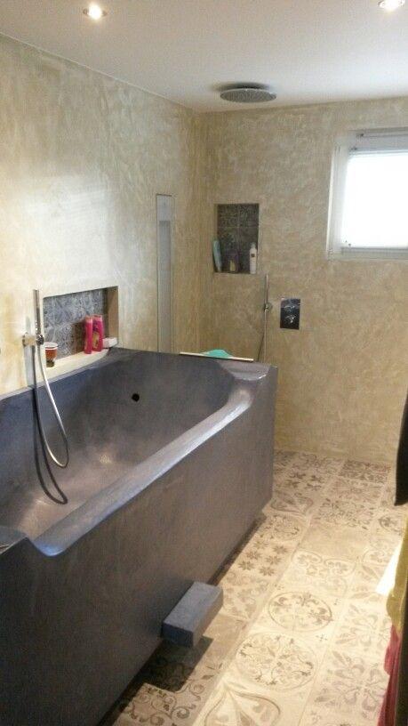 Badkamer in beton ,douchekop in plafond Ventilatie achter de ...
