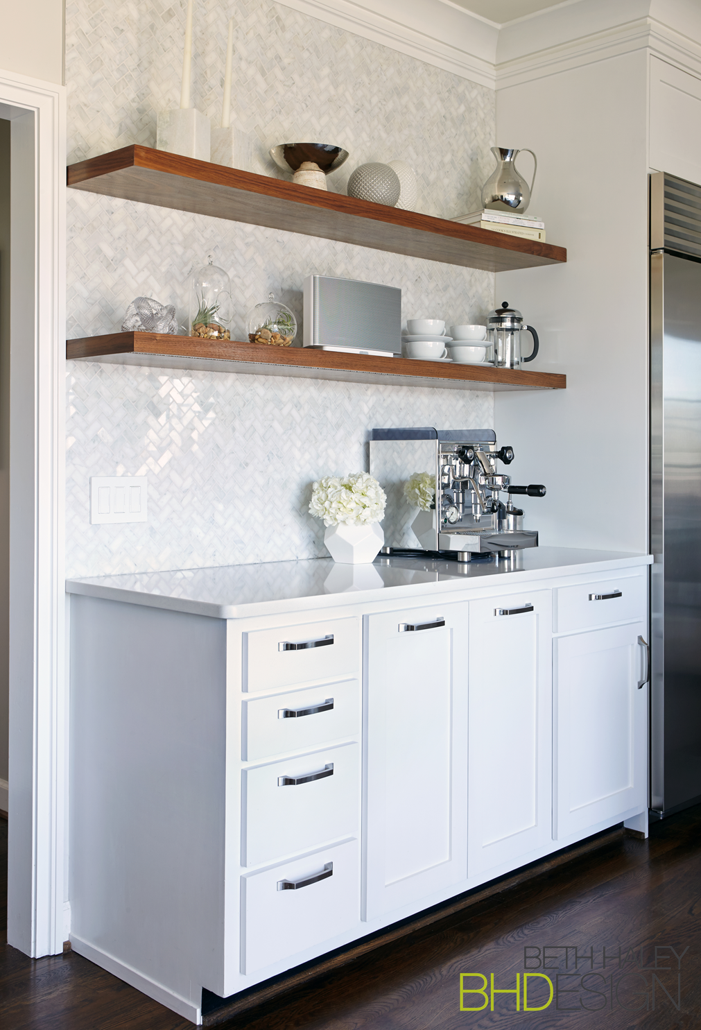 Download Wallpaper White Floating Shelf For Kitchen