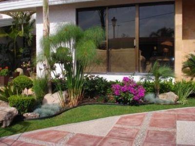 jardines pequeos con piedras y troncos