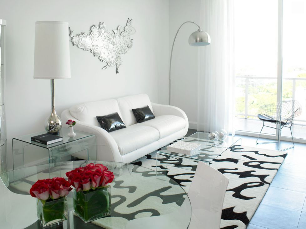 White porcelain tile flooring blends with the general light tone - wohnzimmer offene decke