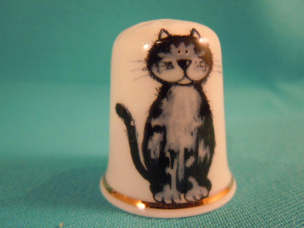 Thimble Bone China with Cat door EgiArt op Etsy https://www.etsy.com/nl/listing/266646001/thimble-bone-china-with-cat