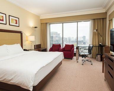 Lit king size dans la chambre King Hilton Deluxe de l\'hôtel Hilton ...