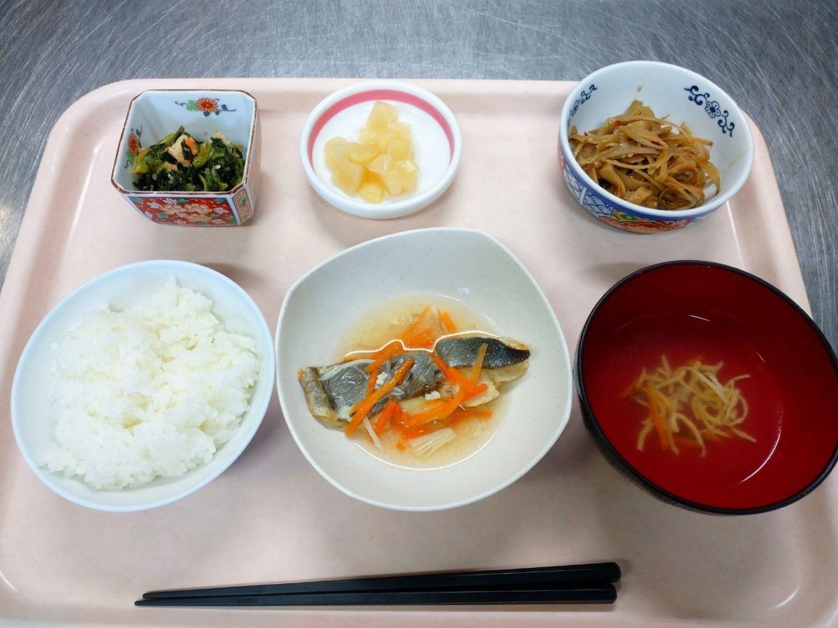ごはん、中華スープ、銀むつの薄くず煮、ごぼうの味噌炒り煮、青梗菜と蟹かまの辛子和え、白桃でした!