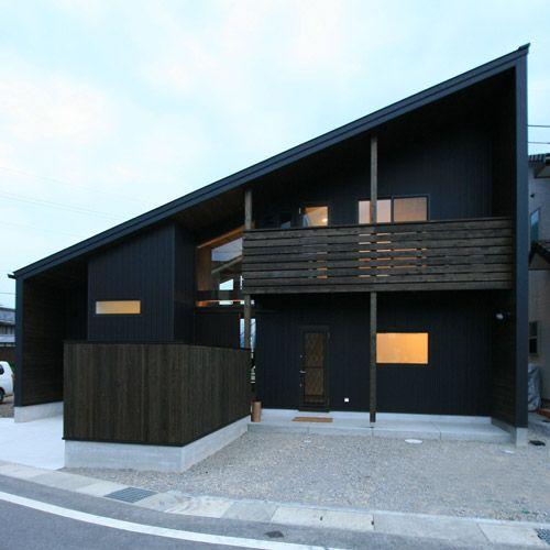 軒深三角 大屋根の黒い家 半地下 中二階のリビング 片流れ 平屋