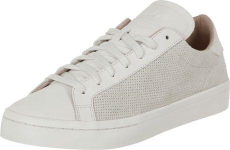 Der Adidas Court Vantage Schuh kommt hier richtig schön ...