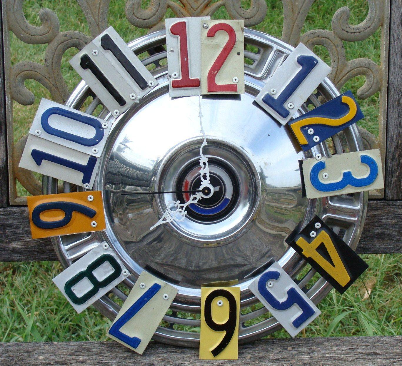 Reloj con partes de matrículas y un embellecedor de llanta ...