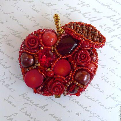 Купить или заказать Брошь Красно яблочко с камнями ...