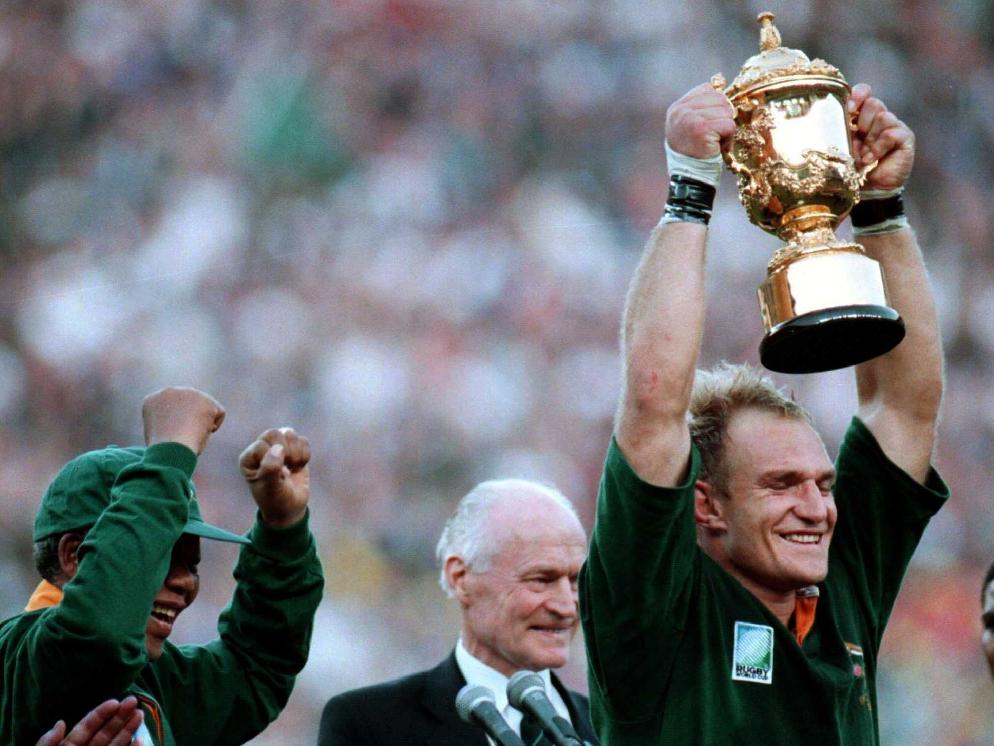 This Day In History Jun 24 1995 Mandela Cheers On South African Rugby Team Http Dingeengoete Blogspot Com 2013 06 T South African Rugby Rugby Team Rugby
