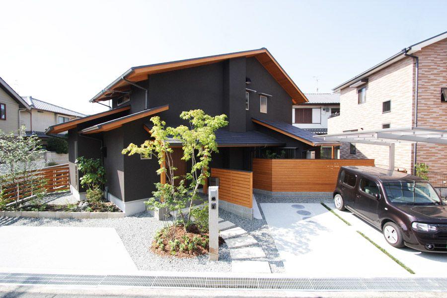 家の外観 黒でビシッと引きしめ 木で柔らかさを醸し出す 住宅