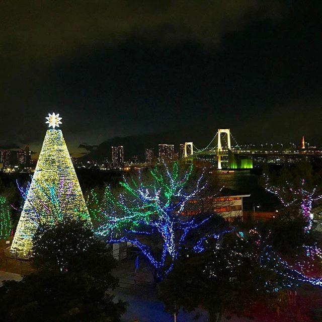 Instagram【yuinasmile_】さんの写真をピンしています。 《⌄̈⃝♡⌄̈⃝ #お台場 #夜景 #レインボーブリッジ #ツリー #遠くに #東京タワー #綺麗》
