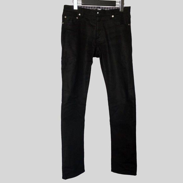 スリムシルエットの5ポケットパンツです。生地はコーティング加工が施されたデニム地で、カジュアルでありながらグラマラスな印象を与える。シャツインしたときの汚れ防止としてベルト裏とヨーク裏、ポケット袋布にはチェック柄のシャツ地を使用しました。前立てはZIPあきでベルトあきには打ち付けタイプの前カンを使用。フロントポケットまわりに打ち付けたリベットに加えて後ポケットに挟み付けたヴィンテージレッドのレーヨンピスネームがポイント。ベルト裏には『only my red looks vivid』の刻印を施したレザーネームが打ち付けられています。ラグジュアリーな着こなしにオススメのアイテムです。-----------------------------ブランド:only my red looks vivid…