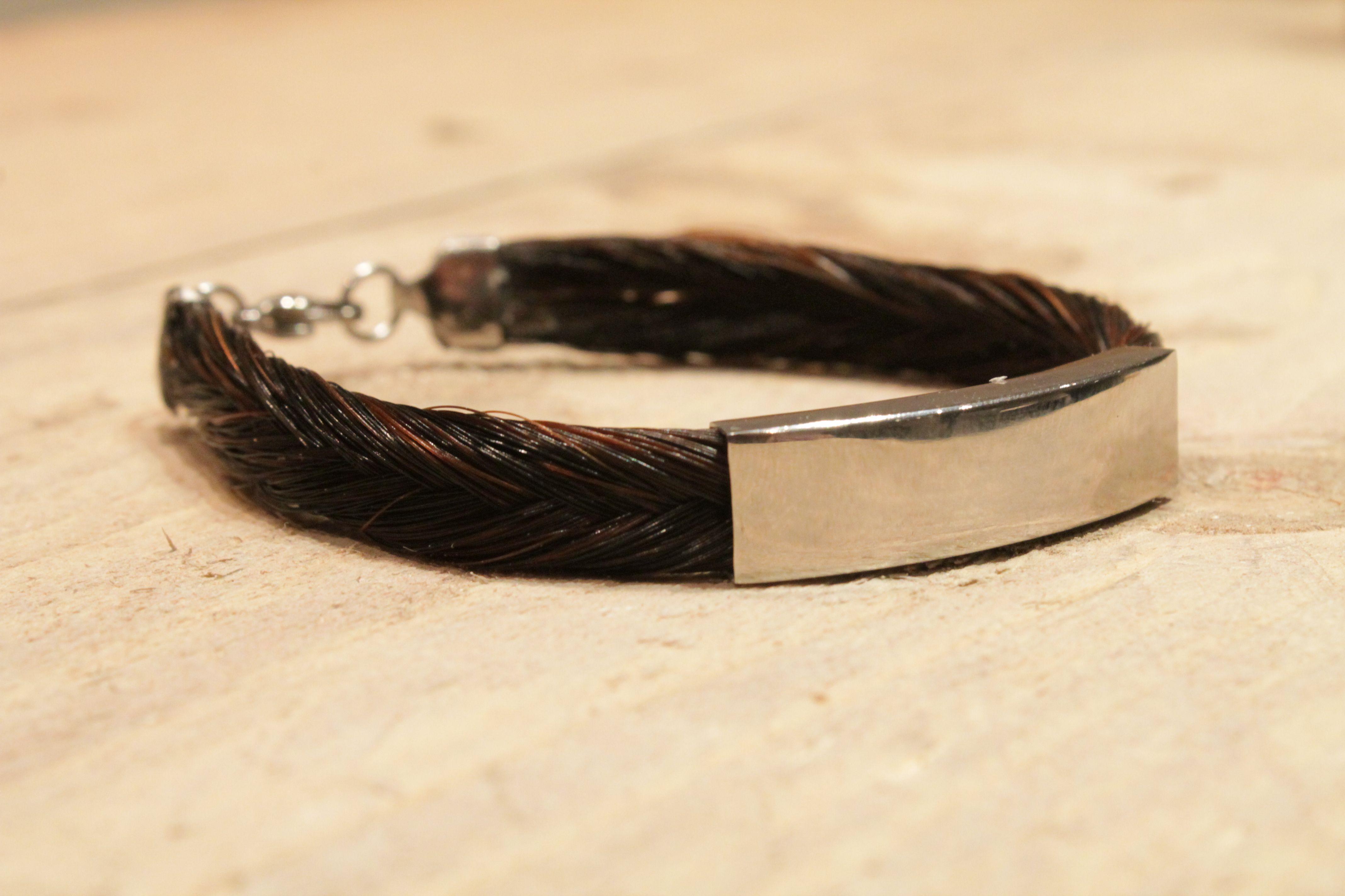 Variabele armband met simpele edelstalen klemsluiting. Zeer persoonlijk te maken door keuze uit diverse vlechten.  Het schuifelement kan gegraveerd worden met naam waardoor hij nog unieker wordt.